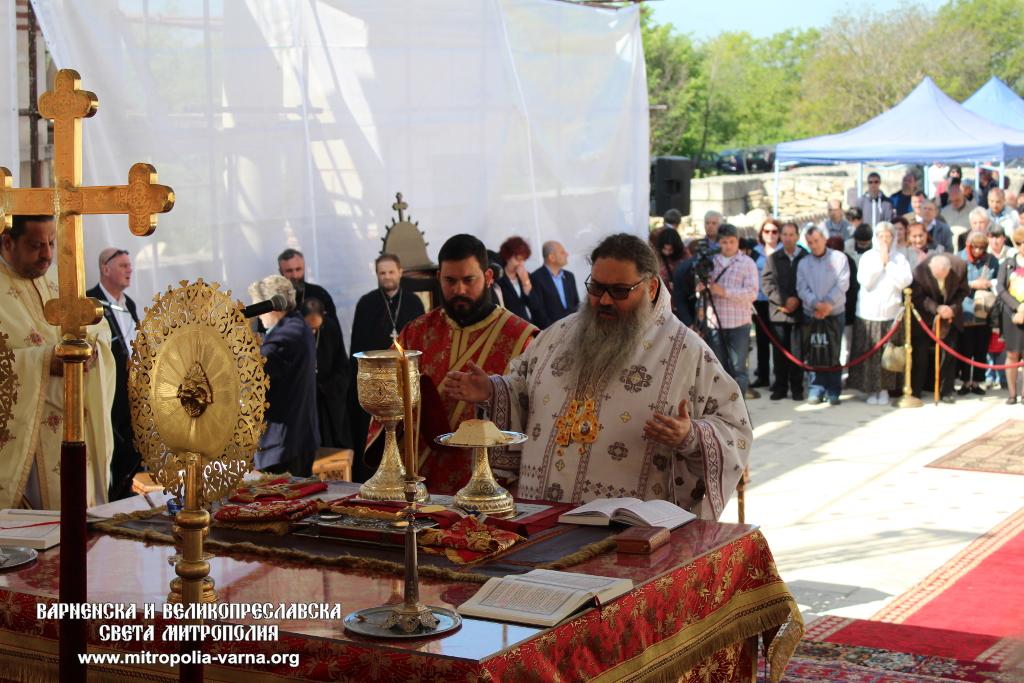 Holy-Sacraments-in_Great-Basilica-2018-metropolitan-Ioan-and-his-deacon