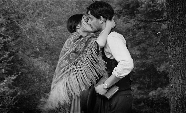 Papusza-with-gadjo-kissing-non-gipsy