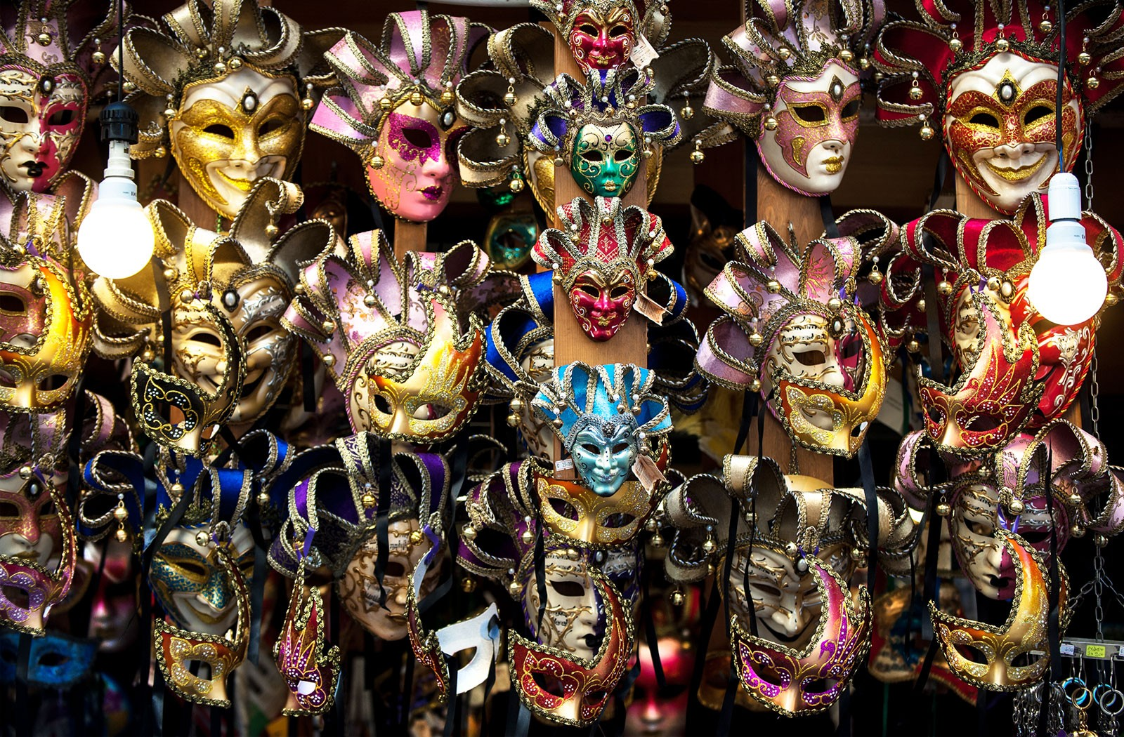 Venice-italy-a-shop-full-of-traditional-masks-and-souvenirs-in-a-small-street