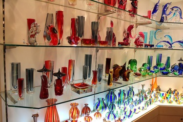Venice_Italy_Colourful_glass_souvenirs_on_street_shop