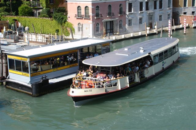 Venice_water_bus_transportation-Vaparetto