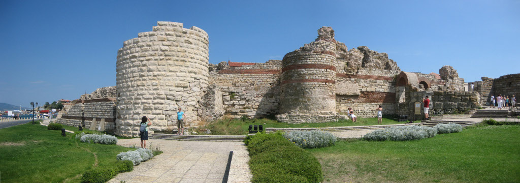 fortifications_in_entrance_of_Nesebar